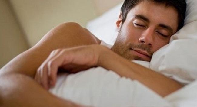 Nam giới nên hạn chế thói quen nằm nghiêng bên trái khi ngủ