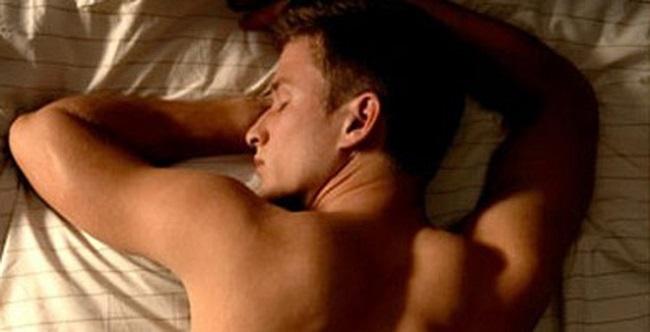 Nằm sấp khi ngủ- Thói quen ảnh hưởng trực tiếp tới sinh lý nam
